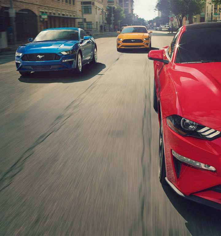 2018 ford mustangs driving